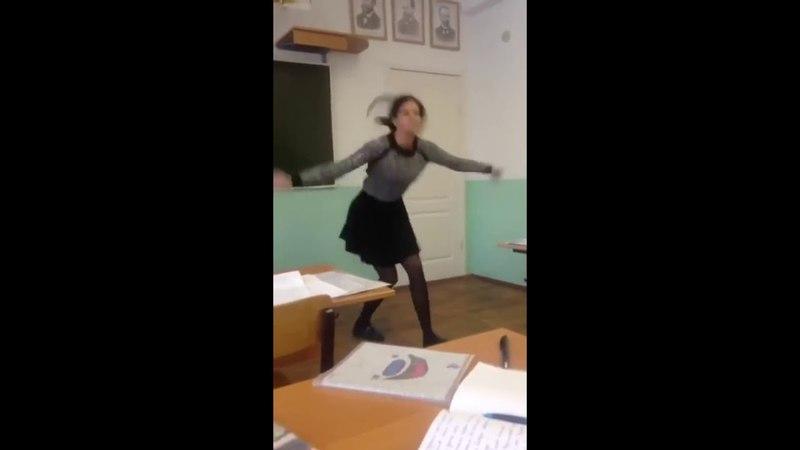 Девка в школе зажигает под (E-Rotic Help Me Dr Dick)