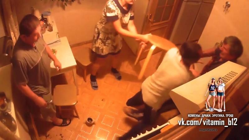 Драка соседей на кухне в коммуналке из-за табуретки. Скрытая камера; ссора; жесть!