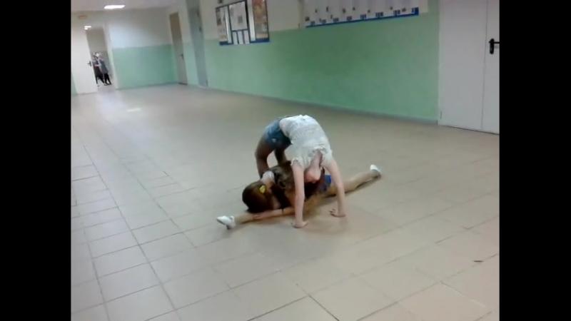 Катя и Яна с гимнастическим танцем в школе (репетиция к 23 февраля)