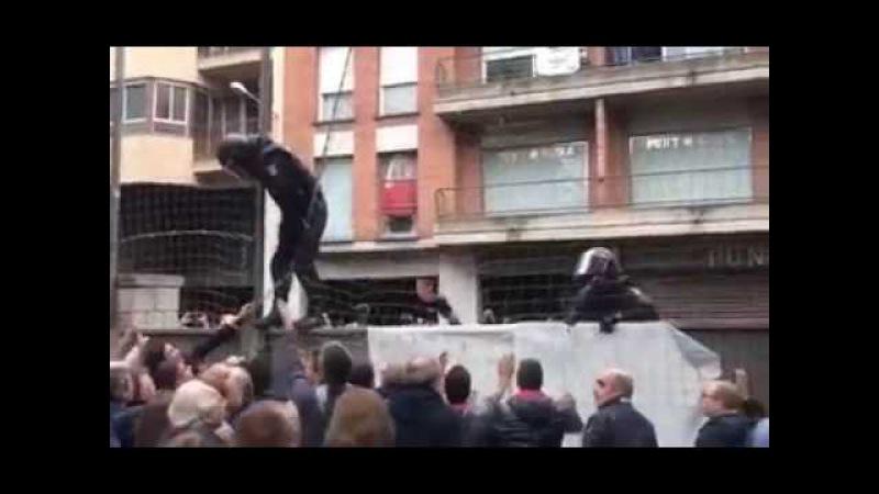 Catalunha, Espanha - Confronto e de tensão entre policiais e apoiadores do referendo