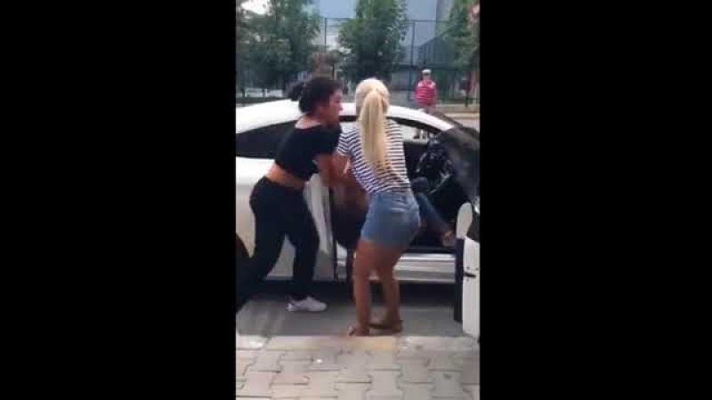 Sevgilisiyle Beraber Olan Kadını Arabadan İndirip Dövdüler..
