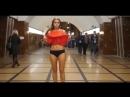 Акция в метро / Смотрите только не подглядывайте / Показала трусики