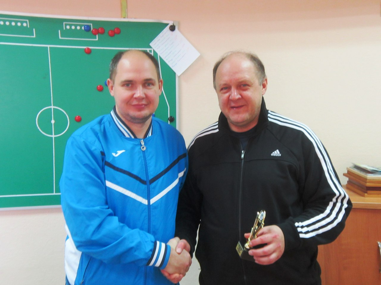 Награждение судьи Михаила Люкшина.