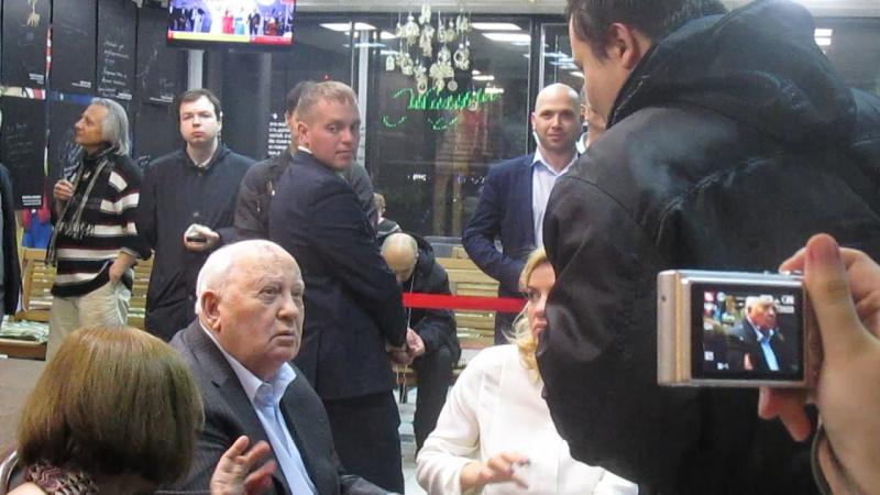 Я общаюсь с Михаилом Горбачёвым и он подписывает мне свою книгу, я на этом видео появляюсь на 19 секунде