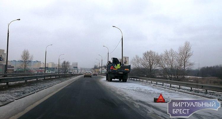 Вторые сутки пошли, как стоит брошенный КАМАЗ на путепроводе в Бресте. Уже 3 ДТП
