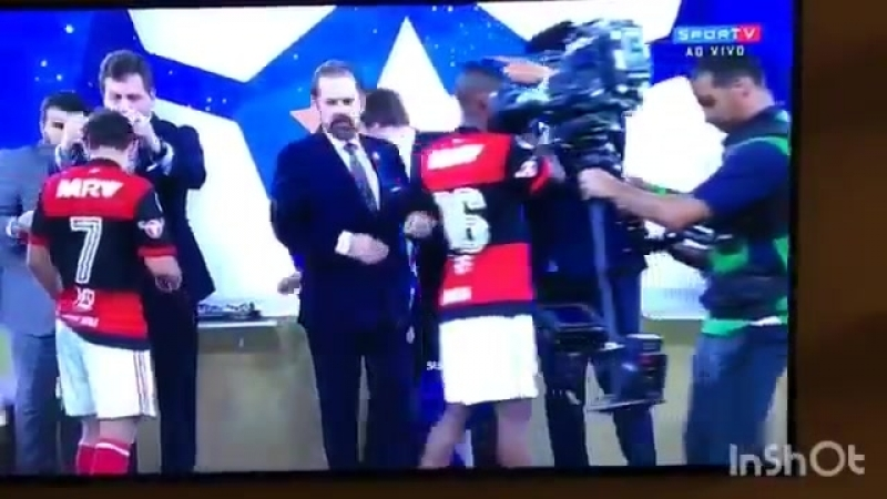A elegância e educação dos jogadores do Flamengo recebendo as medalhas de vice