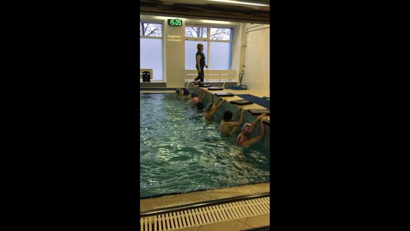 Тонечка плавает на спине, наконец то научилась, 6 ле