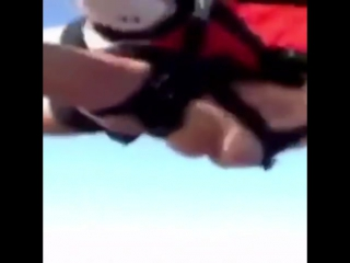 Прыжок с парашютом голыми