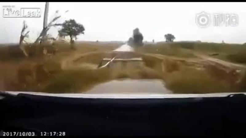 Говорят у нас дороги плохие, а у кого то их просто нет. Будь внимателен, водитель!