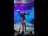"Gwen Stefani covering ""Umbrella""- Zappos Theater"
