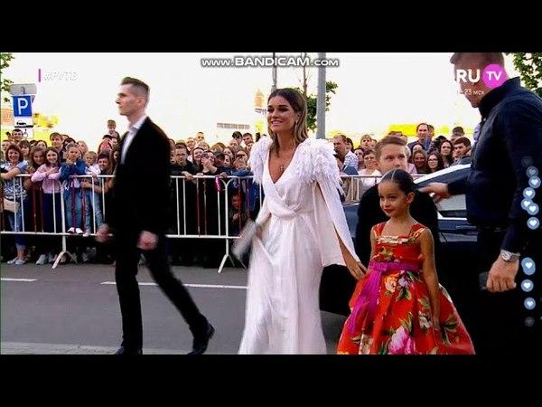 Ксения Бородина с семьей на красной ковровой дорожке премии РУ ТВ 2018