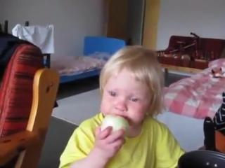 Девочка ест яблоко? Или это луковица?