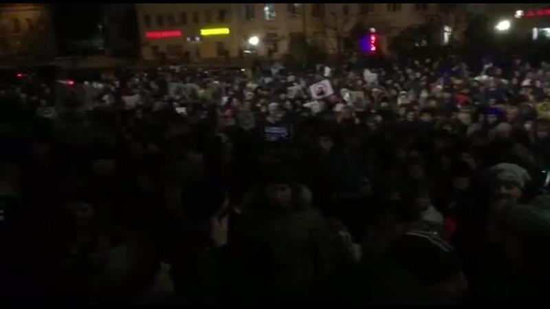 Волоколамск. Сейчас около 5000 человек скандируют воробьевскому ставленнику Вихареву «Выходи»