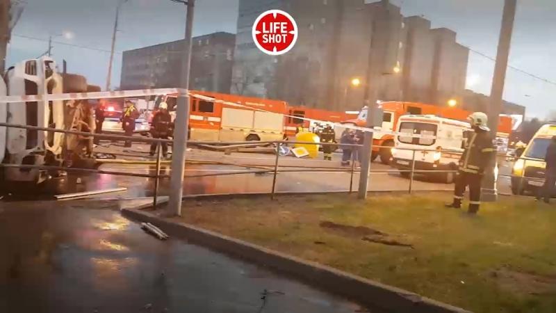 Жесткие кадры. Первые минуты после аварии в Москве. Машины превратились в груду металла