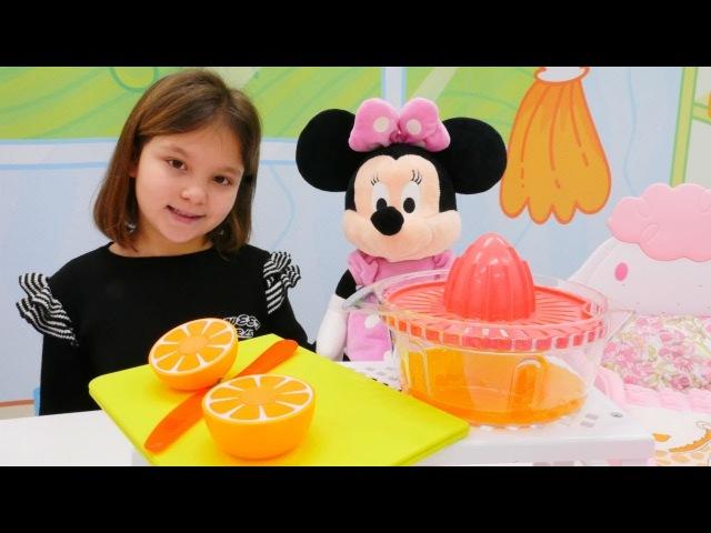 Irmak Minnie Mouse' odasını topluyor. Evcilik ve temizlik yapma oyunu