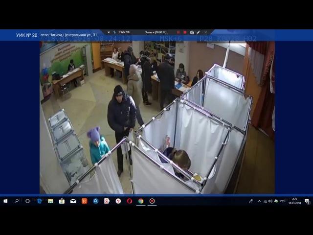 Выборы-2018. Девушка в кабинке фотографирует бюллетень и отправляет кому-то