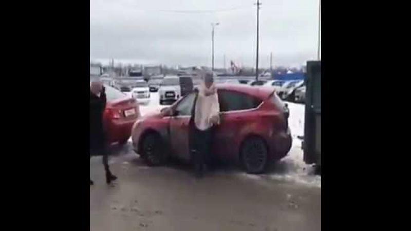 Девушка пытается выехать