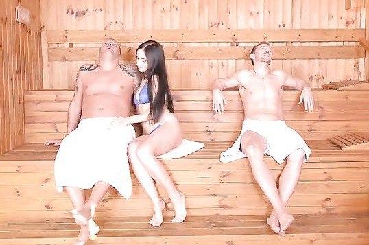 Мужики трахают русскую спортсмену с двойным проникновением в бане