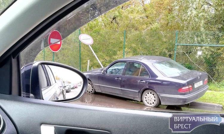 На границе автомобиль протаранил знак и выехал на бордюр