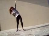 Офигенная девка, офигенно танцует [360]
