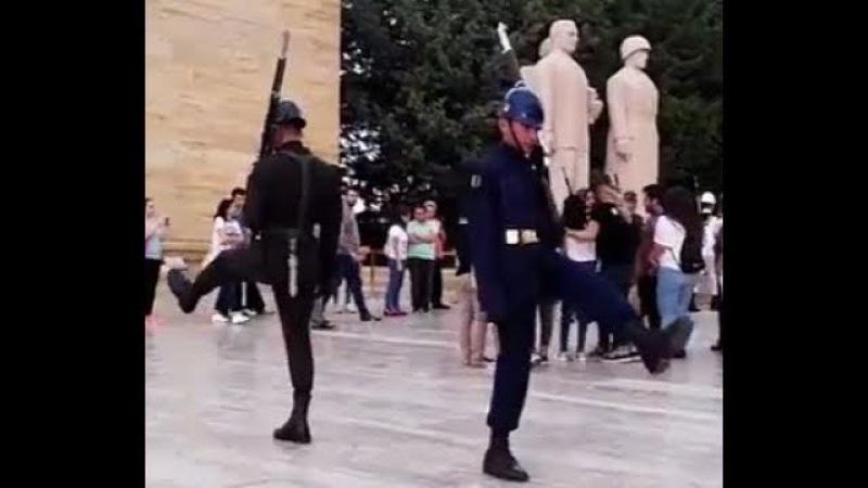 Смена Почетного Караула / Aslan parçalarının duygulandıran nöbet degisimi 30 Ağustos 2017