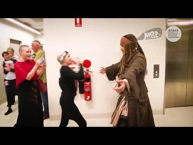 Тупой на голову гандила,хуисоска Джек повторяется,Johnny Depp visits children in hospital dressed as Jack Sparrow