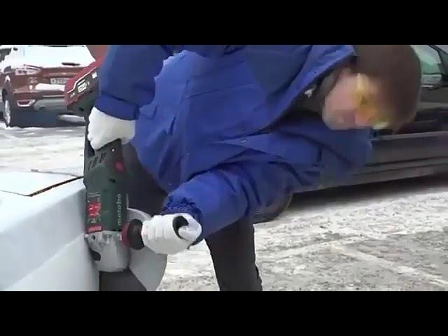 Masinini Park etmek ücün diger masinlari kesen adam ))