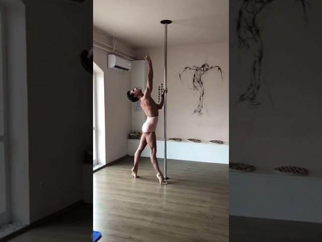 Péter Holoda, bailarino húngaro, se apresenta no pole dance
