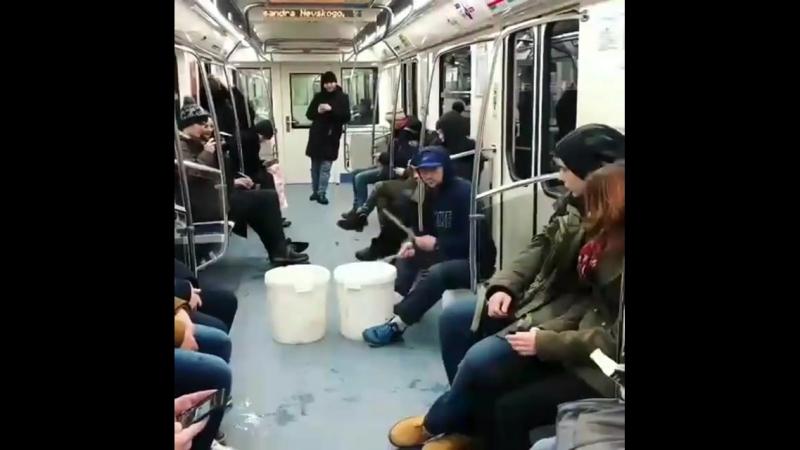 Ploshchad Alexandra Nevskogo Крутой уличный барабанщик в нашем метро!!