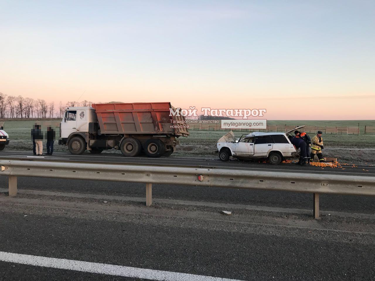 На трассе «Ростов-Таганрог» «ВАЗ-2104» врезался в самосвал с песком, есть пострадавшие