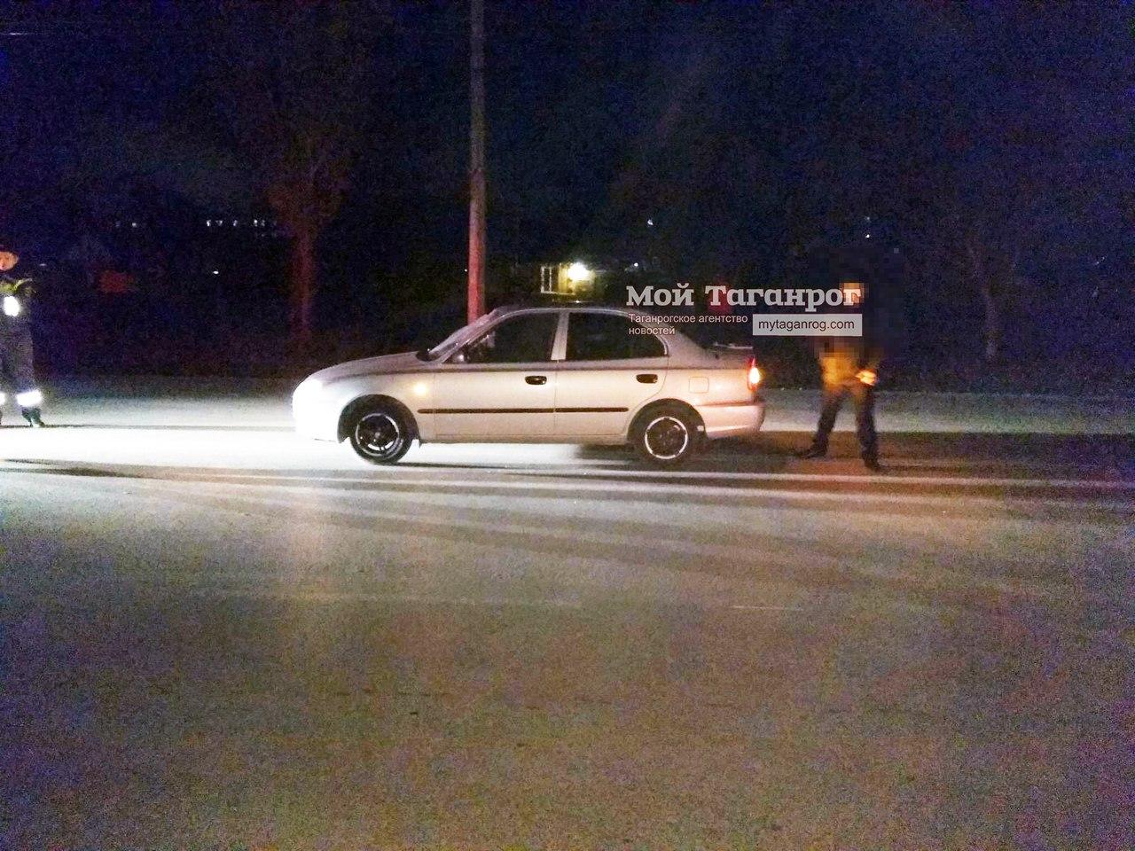 В Таганроге мужчина перебегал дорогу на неосвещенном участке и угодил под колеса Hyundai Accent