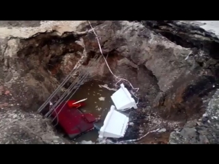 «Под землю!» В Ульяновске произошёл обвал грунта на дороге между домами по ул.Рябикова, 63 и 65. Аварийные службы пытались засып