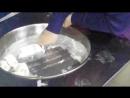 Лиза сама делает мороженое -ролл в кафе Золотой Ключик