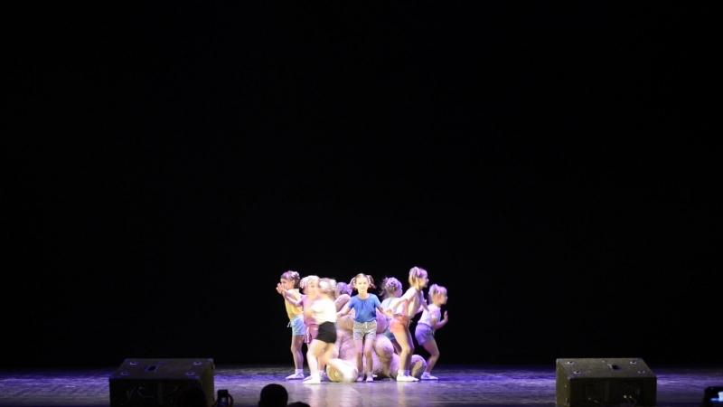 Мастерская танца Клумба. На детской площадке. Мария Евгеньевна Кейхель и Софья Сергеевна Олина.