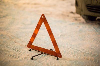uXTDvXDHM6A - В Беловском районе на трассе Toyota врезалась в дорожное ограждение,
