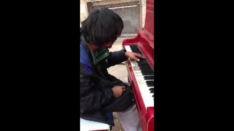 Бомж играет на пианино