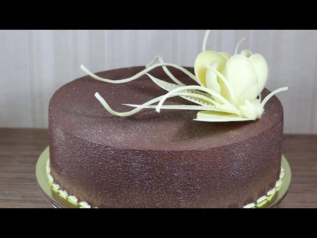 Торт праздничный велюровый, украшенный цветком из белого шоколада