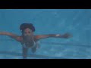 Девушки плавают под водой
