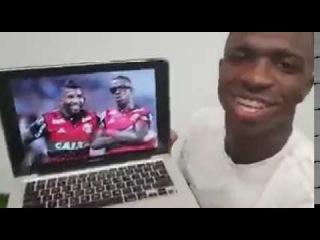 Vinícius Jr contando de onde tirou os óculos da comemoração do gol contra o Emelec