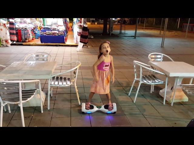Тайская девочка танцует на гироскутере Паттайя Таиланд การแสดงต้องดำเนินต่อไป ไดอาน 3656