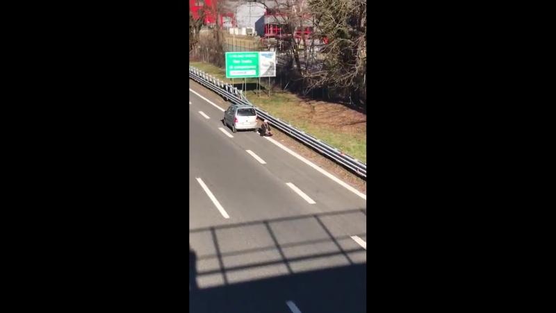 Muselmann betet auf Autobahn