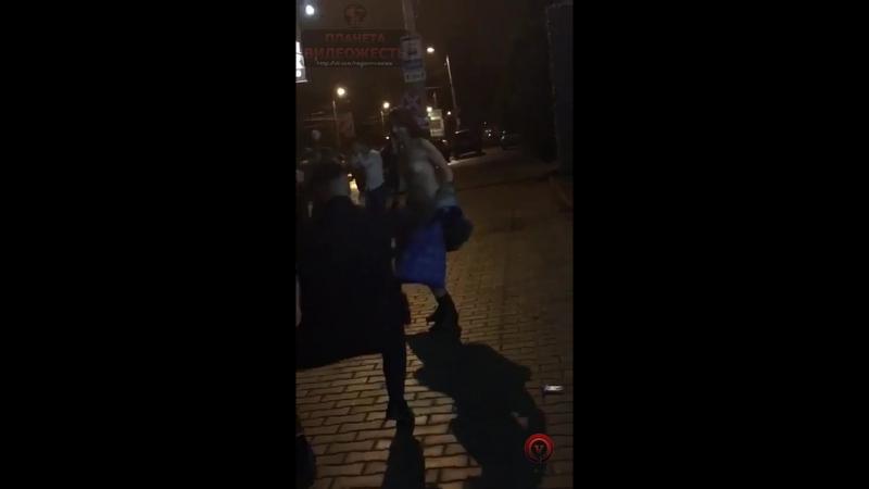 ОСТОРОЖНО ЭРОТИКА .Обнаженная девушка развлекала прохожих танцем в Таганроге