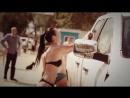 Девушки в купальниках моют машины