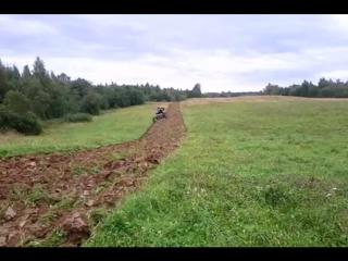 Трактор КАМАЗ пашет.mp4