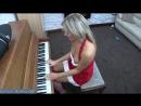 26 Пьяная мамка играет на новый год на пианино на радость пьяным друзьям мужа