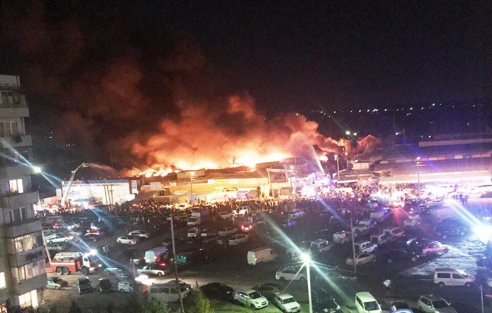 Таганрогские пожарные участвовали в тушении крупного пожара на рынке «Темерник» в Ростове