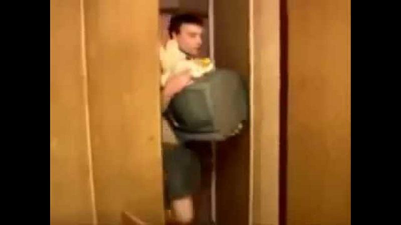 Нас топят, держи банан, бери телевизор, спасай мишку, бросай меня и лезь в шкаф