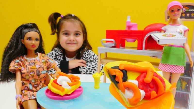 Maşa'nın oyuncakları. Meryem Barbie'nin arkadaşlarına oyun hamurundan yemek yapıyor