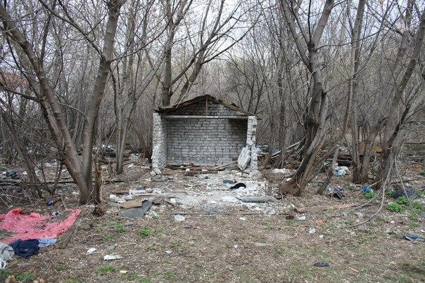 Разгрушенный гараж и свалка говнища — стыдоба.  30 апреля 2018
