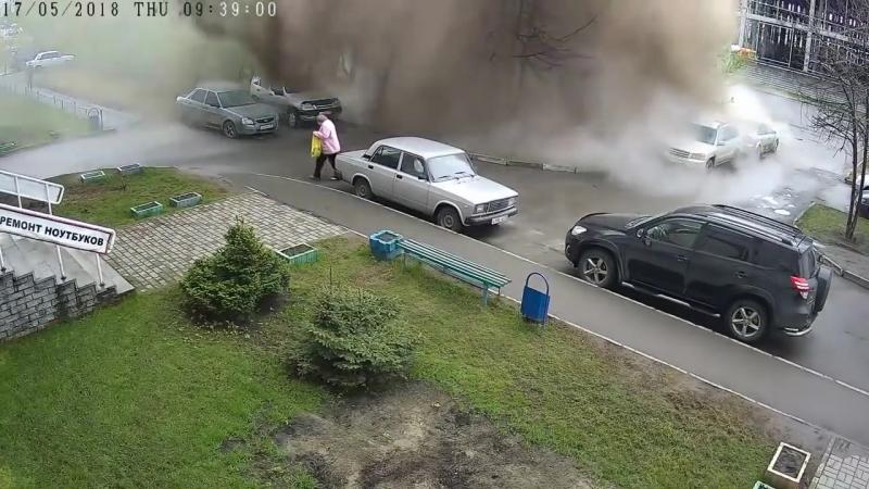У Барнауле прарвала трубу: жанчыну збіла велізарнай масай вады